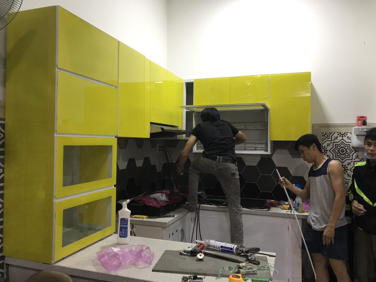 thợ lắp đặt tủ bếp nhôm kính