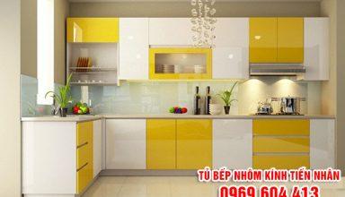 thiết kế tủ bếp nhôm kính màu vàng